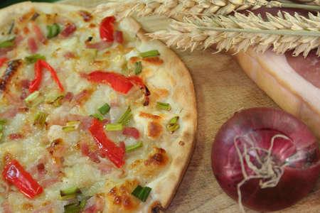 pancetta cubetti: Tarte flambee con pancetta, cipolla verde e pepe rosso