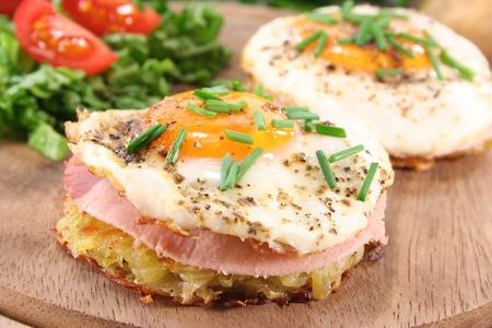 cebollin: Tortitas de patata con jam�n, huevo, pimienta, cebollinos y ensalada fresca