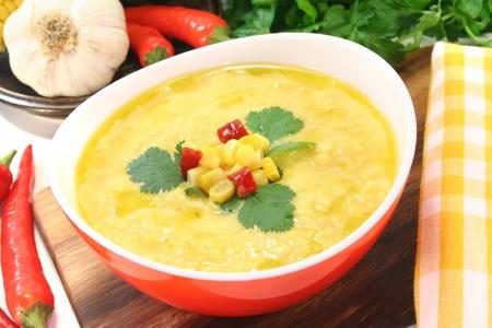 Mais-Suppe mit Knoblauch, Zuckermais, Chili und Koriander Standard-Bild