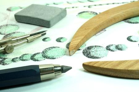 Gartenbau Skizze mit Bleistift, Kompass und Radiergummi