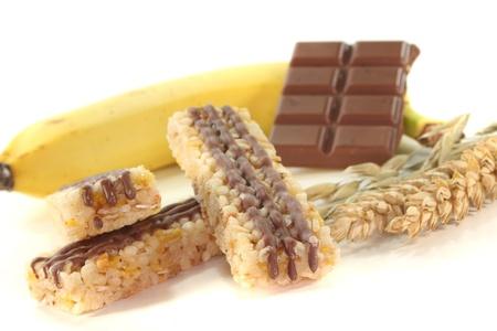 barra de cereal: Barra de cereales de chocolate de pl�tano con chocolate y cereales