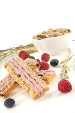 barra de cereal: Barra de cereales de baya de bosque con ar�ndanos y frambuesas