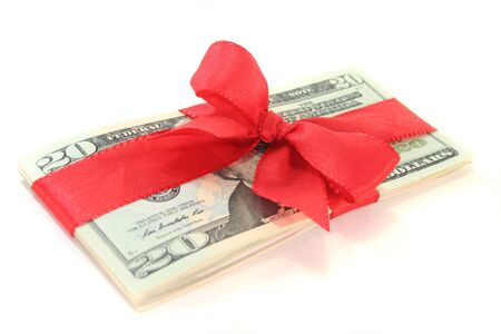 dollar bills: molti dollaro con un nastro rosso su sfondo bianco