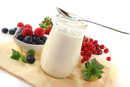 Fruchtjoghurt mit verschiedenen Sorten von Beeren Lizenzfreie Bilder
