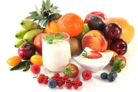Obst Joghurt mit einheimischen und exotischen Früchte und Beeren