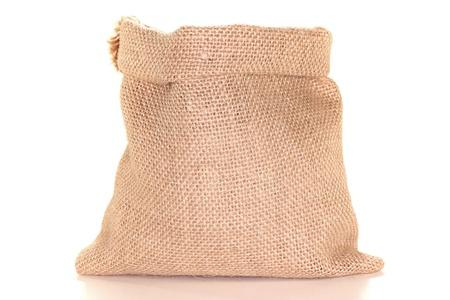 sacco juta: sacchi di iuta color beige prima di uno sfondo bianco