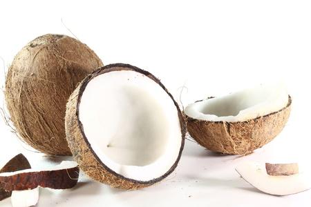 frische Kokosnuss mit Kokosnuss-Fleisch auf einem weißen Hintergrund
