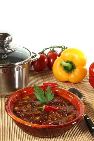 kidneybohnen: Chili con carne mit Kidneybohnen, Rindfleisch, Paprika und Petersilie
