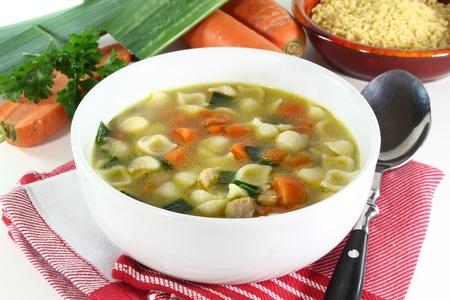 sopa de pollo: Sopa de pollo con verduras y perejil en un cuenco