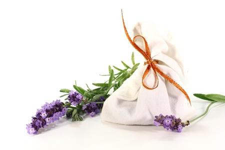 flores secas: Bolsa de lavanda con flores de lavanda en un fondo blanco