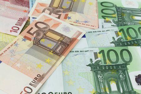 billets euros: de nombreux billets en euros color�s dans une pile