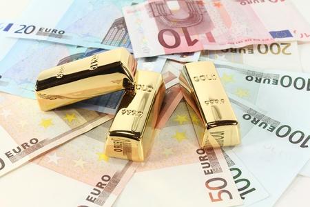 billets euros: trois lingots d'or sur de nombreux billets en euros color�s Banque d'images