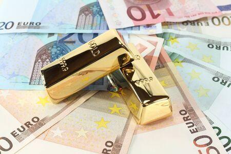 billets euros: deux lingots d'or sur de nombreux billets en euros color�s