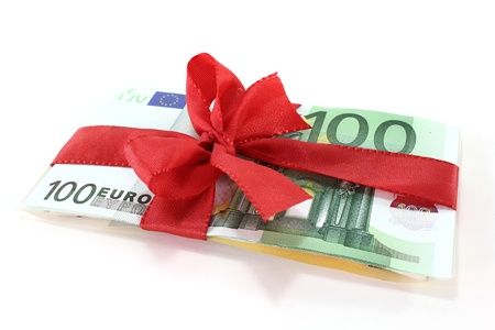 Hundred euro banknotes on a stack with red bow Stockfoto