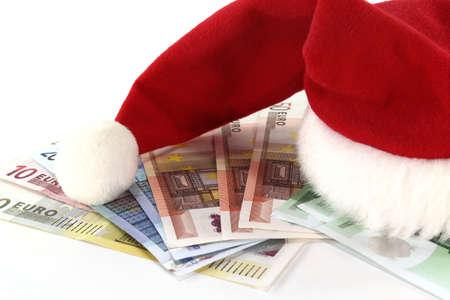 billets euros: rouge et blanc chapeau de P�re No�l sur une pile de billets en euros