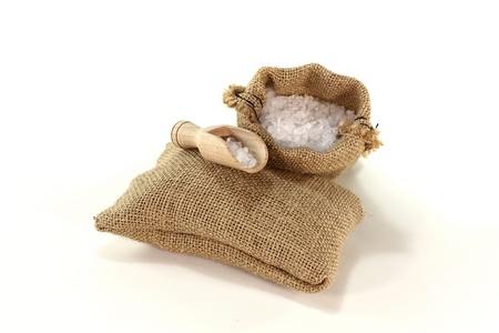 Sea salt in a bag with salt grains on the bushel Stockfoto