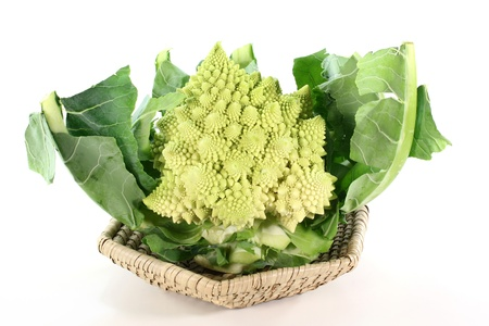 piramide alimentos: Romanesco verduras en una canasta sobre un fondo blanco