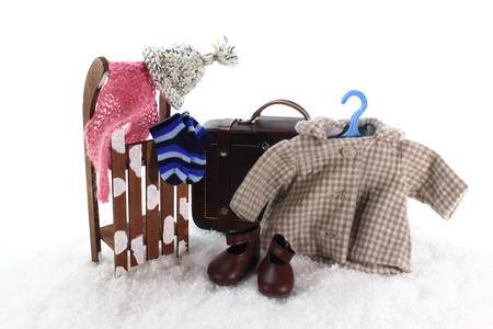 ropa de invierno: Trineo con la ropa de la maleta y el invierno en la nieve