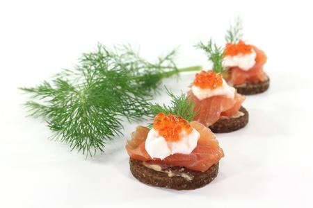salmon ahumado: Pan integral de centeno con salm�n ahumado, queso crema, el caviar y el eneldo Foto de archivo