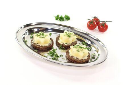 pumpernickel: Pumpernikiel z masłem, serem i rzeżuchą Harz ogrodzie na srebrnej tacy