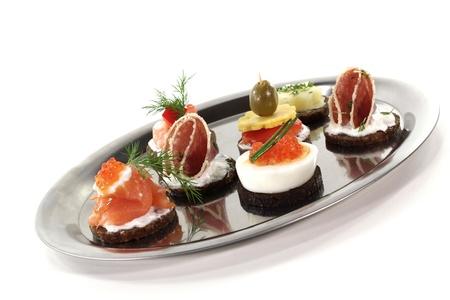 pumpernickel: Pumpernikiel z łososiem, kawiorem, salami i sera Zdjęcie Seryjne