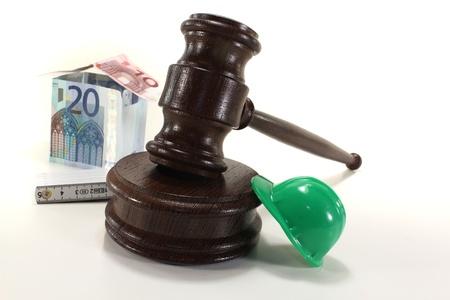 Arbeitsrecht - Gavel mit Haus-, Bau-Helm und Regel