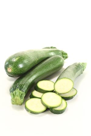 calabacin: fresca en rodajas de calabacín sobre un fondo claro Foto de archivo