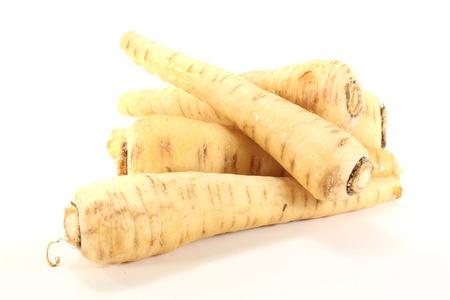 knackig beige Pastinaken auf einem hellen Hintergrund