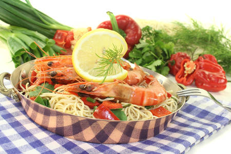 mie noodles: Prawns with Mie noodles, lemon, dill and coriander on a light background