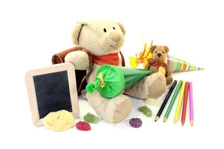 sac d ecole: Ours en peluche avec sac d'�cole, porte-monnaie et table sur un fond clair
