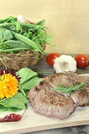 carnes y verduras: delicioso entrecot y ensalada de hierbas silvestres con romero