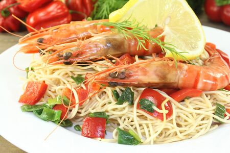 mie noodles: Prawns with mie noodles and lemon