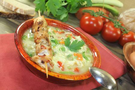 sopa de pollo: Sopa de pollo con verduras, el perejil y fideos