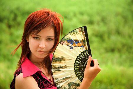 eventail japonais: Portrait d'une belle jeune fille japonaise avec ventilateur