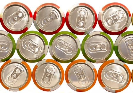 lata de refresco: Latas de bebida de aluminio de color amontonadas  Foto de archivo