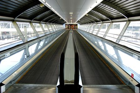 통로: Tunnel in airport with mechanical passage