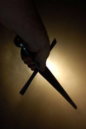 cutlass: Silueta espa�ola medieval de la espada en el backlighting