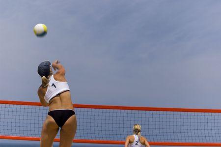 ni�as jugando: Las ni�as jugando voleibol en la playa  Foto de archivo