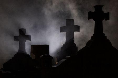 sterbliche: Headstone Kreuz im Friedhof bei Nacht.