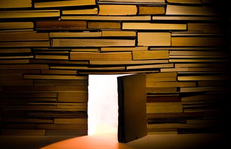 puertas abiertas: Muro de libros con puertas abiertas
