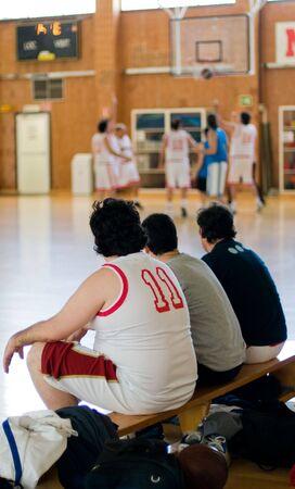 amateur: Baloncesto aficionados. Los jugadores de espera en el banco
