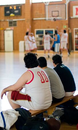 amateur: Basketball amateur. Players waiting in bench