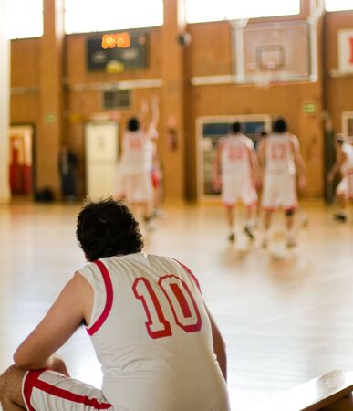 amateur: Basketball amateur. Reproductor de espera en el banco  Foto de archivo
