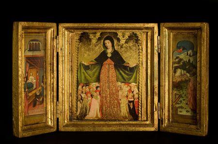 triptico: Tríptico con la Virgen y el Niño, flanqueada por arcángeles, escenas de la vida de Cristo, sobre fondo negro  Foto de archivo
