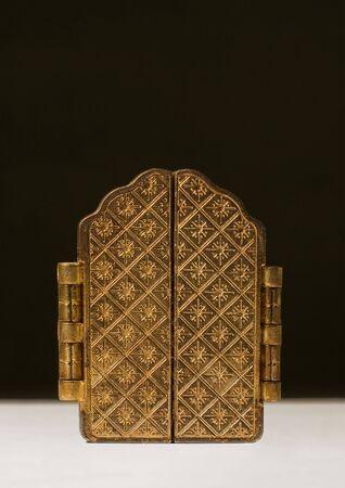 triptico: Golden Tríptico cerrado, sobre fondo negro  Foto de archivo