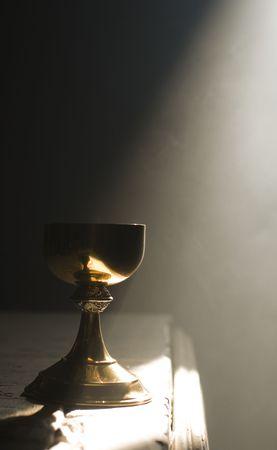 kelch: Gold in Kelch Altar mit einem Strahl des g�ttlichen Lichts in einer Kirche