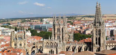 cara leon: The North Face de la Catedral de Burgos g�tica con la ciudad de Burgos en el fondo, Burgos, Castilla y Le�n. Espa�a