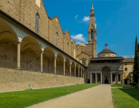 cappella: Courtyard of Basilica di Santa Croce  Cappella Pazzi entry in background  Florence, Italy