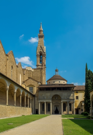 cappella: Patio de la Bas�lica de entrada Pazzi Capilla de Santa Croce en el fondo de Florencia, Italia Editorial