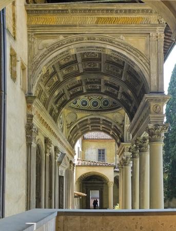 cappella: Galer�a de entrada de media b�veda de ca��n de Pazzi Cappella en el patio de la Bas�lica di Santa Croce en Florencia, Italia